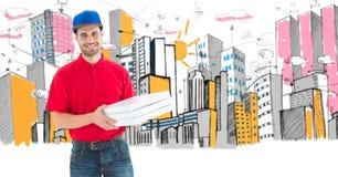 Изображение цифров составное работника доставляющего покупки на дом пиццы держа коробки стоя против зданий Стоковая Фотография RF