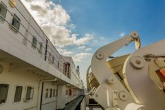 Изображение части туристического судна со своими спасательными шлюпками стоковое изображение