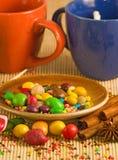 Изображение чашек и различного конца-вверх помадок Стоковое Изображение