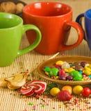 Изображение чашек и различного крупного плана помадок Стоковые Фотографии RF