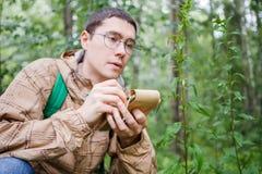 Изображение человека биолога в стеклах с тетрадью Стоковое фото RF
