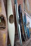 Профилируйте изображение штабелированных выдержанных несенных деревенских старых каяков времени Стоковое Изображение RF