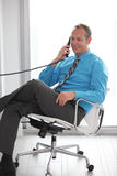 Изображение штока бизнесмена на телефоне Стоковое фото RF