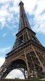 Изображение Эйфелева башни в после полудня Парижа в солнечном от вниз визирует немногого пасмурное стоковое фото