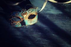 Изображение элегантной сини и золота венецианских, маски марди Гра над темной предпосылкой Фото фильтрованное годом сбора виногра Стоковая Фотография RF