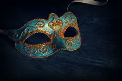 Изображение элегантной сини и золота венецианских, маски марди Гра над черной предпосылкой Стоковое Изображение