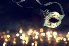 Изображение элегантной сини и золота венецианских, маски марди Гра над темной предпосылкой верхний слой яркого блеска Стоковые Изображения RF