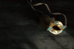 Изображение элегантной сини и золота венецианских, маски марди Гра над темной предпосылкой Стоковое Изображение