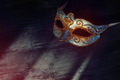 Изображение элегантной сини и золота венецианских, маски марди Гра над черной предпосылкой Стоковая Фотография RF
