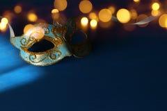 Изображение элегантной сини и золота венецианских, маски марди Гра над голубой предпосылкой Стоковые Фотографии RF