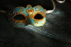 Изображение элегантной сини и золота венецианских, маски марди Гра над черной предпосылкой Стоковая Фотография