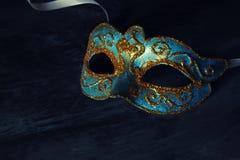 Изображение элегантной сини и золота венецианских, маски марди Гра над черной предпосылкой Стоковые Изображения