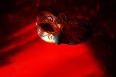 Изображение элегантной сини и золота венецианских, маски марди Гра над красной предпосылкой Волшебный яркий блеск ovrlay Стоковое Изображение