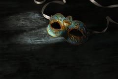 Изображение элегантной сини и золота венецианских, маски марди Гра над черной предпосылкой Стоковое Изображение RF