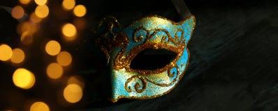Изображение элегантной сини и золота венецианских, маски марди Гра над черной предпосылкой Стоковое фото RF