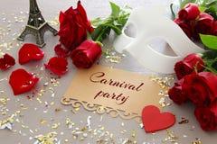 Изображение элегантных венецианских маски и красных роз на деревянном столе Стоковые Фотографии RF