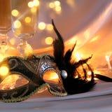 Изображение элегантных венецианских маски и стекел шампанского над gol Стоковые Фото