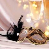 Изображение элегантных венецианских маски и стекел шампанского над gol Стоковые Изображения RF
