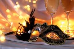 Изображение элегантных венецианских маски и стекел шампанского над gol Стоковое фото RF