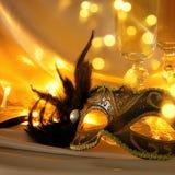 Изображение элегантных венецианских маски и стекел шампанского над gol Стоковое Изображение RF