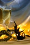 Изображение элегантных венецианских маски и стекел шампанского над gol Стоковая Фотография RF