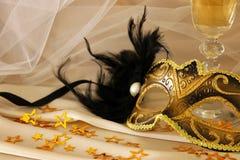 Изображение элегантных венецианских маски и стекел шампанского над gol Стоковые Фотографии RF
