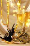 Изображение элегантных венецианских маски и стекел шампанского над gol Стоковое Изображение