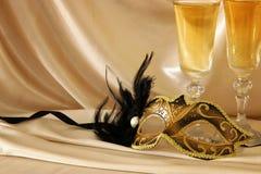 Изображение элегантных венецианских маски и стекел шампанского над gol Стоковые Изображения