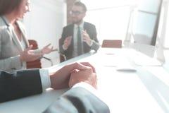 изображение энергии принципиальной схемы предпосылки бизнес-леди проводя встречу стоковые изображения rf