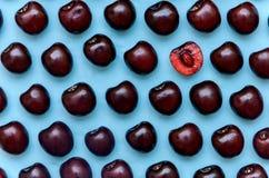 Изображение яркой бургундской вишни на голубой предпосылке Стоковое Изображение RF