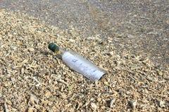 Бутылка при сообщение помытое ashore Стоковая Фотография RF