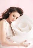 Изображение Concetpual женщины брюнет прижимаясь гигантское подняло стоковое фото rf