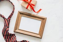 Изображение Flatlay подарочной коробки, галстука и пустой рамки отец s дня Стоковые Фото