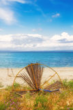 Изображение HDR сломленного зонтика на пляже в Hanioti Стоковые Фото