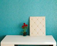 Изображение minimalistic интерьера комнаты с белыми таблицей и moodb Стоковые Фото