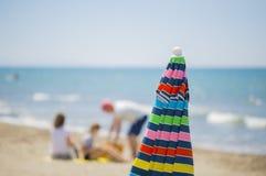 Изображение multicolor зонтика солнца закрыло с людьми Стоковая Фотография RF