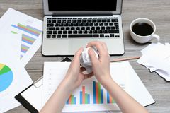 Изображение ` s женщины вручает комкая бумагу из-за плохих продаж Съемка взгляд сверху вещества офиса Depres стресса обработки до Стоковая Фотография