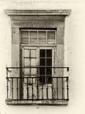 Изображение Sepia старого живописного кроша окна балкона со слезать краску и ржавея перила и треснутую деревянную рамку стоковая фотография