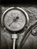 Изображение Sepia monochrome старого сияющего латунного круглого манометра с круглой шкалой отмеченной в номерах на панели металл стоковые фотографии rf