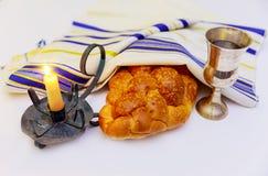 Изображение Shabbat хлеб, вино и кандели challah на деревянном столе Стоковое Фото