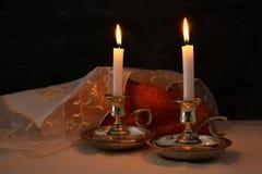 Изображение Shabbat хлеб challah, вино shabbat и кандели Стоковое Фото