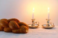 Изображение Shabbat хлеб challah, вино shabbat и кандели Стоковые Фотографии RF