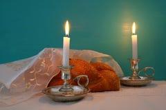 Изображение Shabbat хлеб challah, вино shabbat и кандели Стоковые Изображения RF