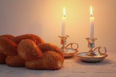 Изображение Shabbat хлеб challah, вино shabbat и свечи Стоковое Изображение RF