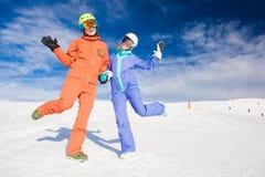 Изображение 2 snowboarders имея потеху на верхней части Стоковые Фото