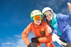 Изображение 2 snowboarders имея потеху на верхней части Стоковое Изображение RF