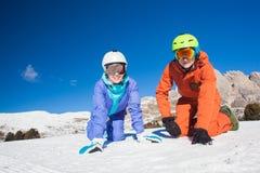 Изображение 2 snowboarders имея потеху на верхней части Стоковые Изображения RF