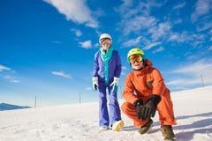 Изображение 2 snowboarders имея потеху на верхней части Стоковые Фотографии RF