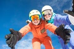 Изображение 2 snowboarders имея потеху на верхней части Стоковая Фотография RF