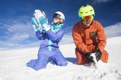 Изображение 2 snowboarders имея потеху на верхней части Dolomiti Альпов Стоковое Изображение RF
